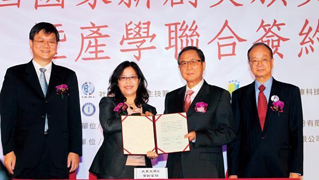 生技股寶齡拿下國家創新獎,在美申請新藥藥證也將到手,董事長林智明(右2)走路有風。