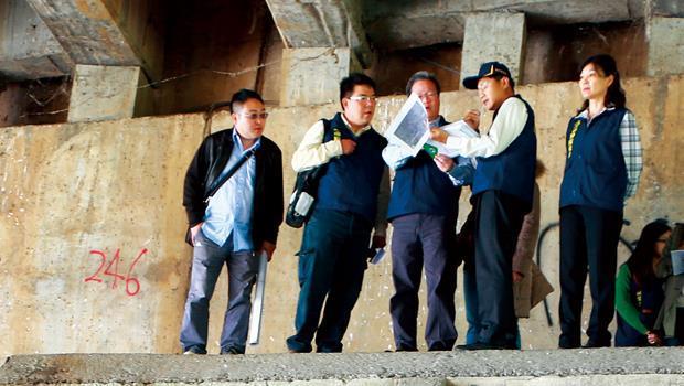 高雄市環保局長陳金德(圖中)實地到德民橋下勘查污水現況,沒有他力挺,日月光案恐怕辦不下去。
