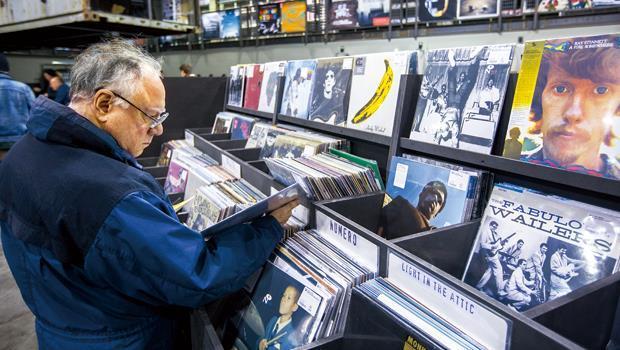 面對數位音樂壓境,黑膠唱片的復刻風潮反吸引發燒友挖寶。