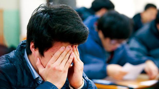南韓學生為擠進大學窄門,甚至流傳著「四升五落」說法,即每天睡4小時才能考上大學,若睡5小時就恐落榜,凸顯其時時刻刻都處在競爭壓力下。
