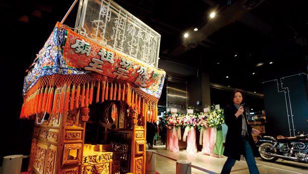 通常只在各宮廟內或是觀光景點才看得到的傳統木雕大轎,現在也被搬進百貨公司當作吸客亮點。