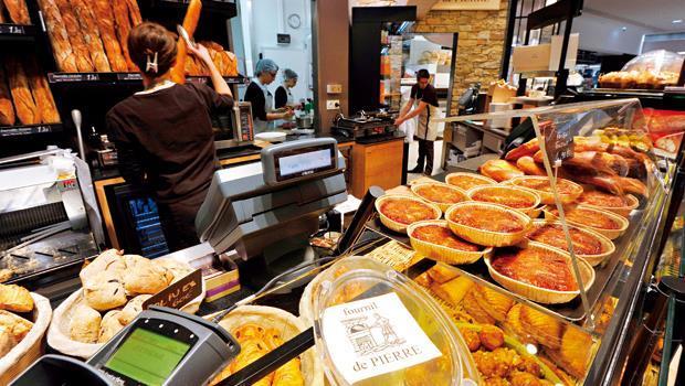 法國許多傳統麵包店配合上班族需要,開始兼賣熟食。