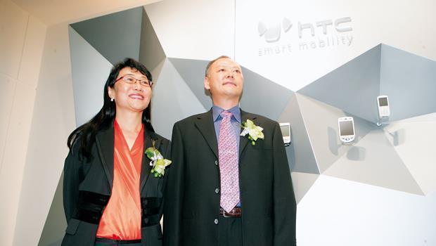 儘管王雪紅多次公開力挺,但周永明(右)在交出銷售與供應鏈管理業務之後,執行長地位早已名存實亡。