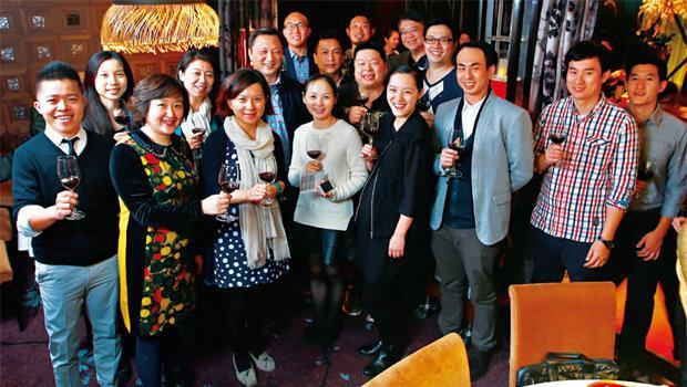 台北101餐廳.兩岸服裝企業家交流會:他們平均30歲出頭,事業總營收破千億元、身價破百億元,不但輕裝赴宴,吃喝中交了朋友,更在談笑間交流生意。