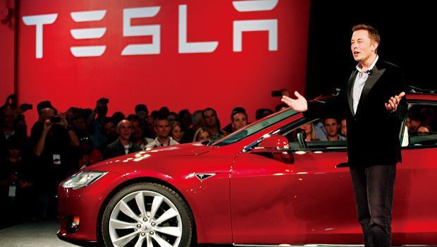 10年前,沒人相信馬斯克(圖右)的純電動車能上路;現在,大家都在問,特斯拉何時會在我的國家開賣。