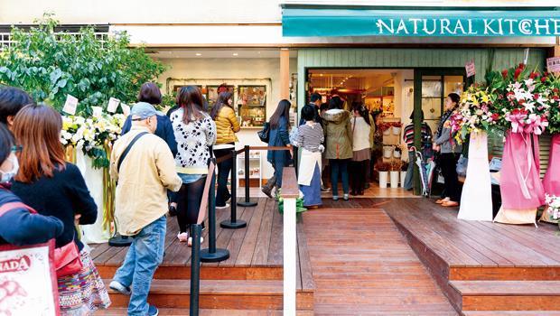 甫開幕的Natural Kitchen吸引民眾排隊,店裡的陳設是氣氛的來源,還會因此設定主題,像是一個人的餐桌、年輕媽媽的廚房等。
