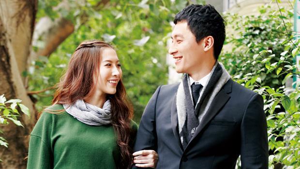 陳孫華把薄圍巾繞上女模特兒的脖子,變成像是冬天的項鍊一般,搭在男士西裝裡,像是變出一個領子,也減輕冬日裝扮的厚重感。