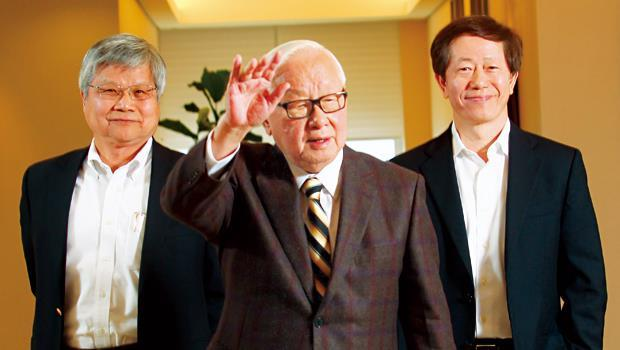 11月執行長交棒後,台積電正式進入張忠謀(圖中)、魏哲家(左)、劉德音(右)三人集體領導的共治時代。
