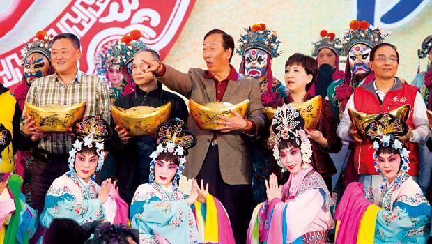今年展望好,郭台銘在年終嘉年華會上眉開眼笑,抱著大元寶,似乎也一掃2013年一整年的沉悶。