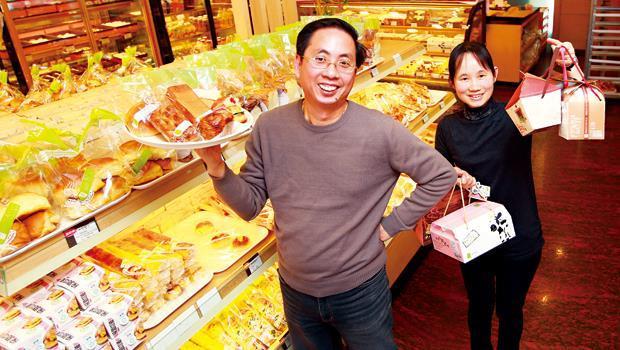 黃吉雄(左)笑說他現在主要工作是「放空自己胡思亂想」,和太太(右)一起刺激創意、開發新產品。