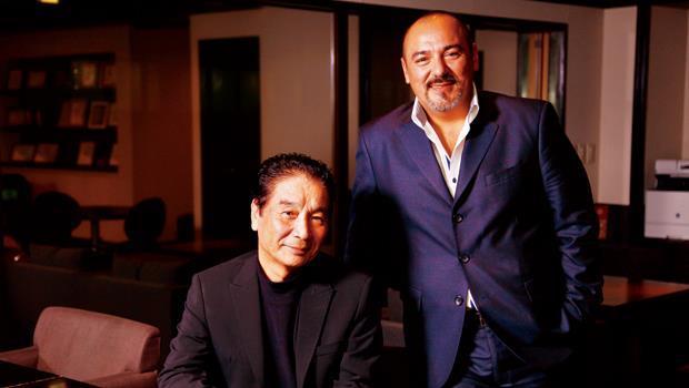 Y's table社長金山精三郎(左)與副社長科莫(右)相差27歲,在經營上卻極有默契,共同看好台灣市場。