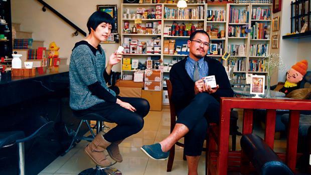 廖思為(右)和王琴理(左)給人感覺酷又潮,本身就是芒果咖啡館的一大魅力來源。
