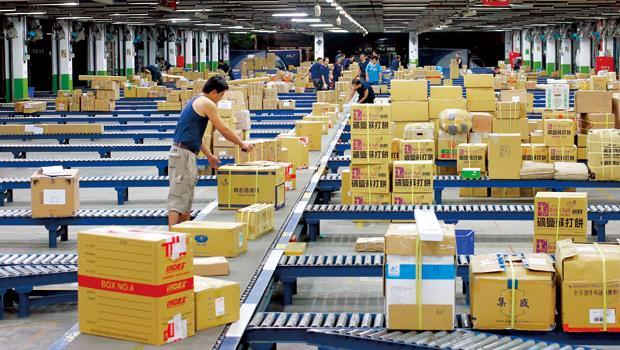 網購速度大戰中,有物流業者(例如圖中的新竹物流公司)乘勢抓到新商機,幫網購業者代管倉儲,建立快速到貨服務。