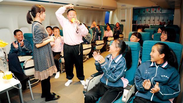 屏東南榮國中建立英語教學現場,讓學生在機艙實境中演練口語,同時在角色扮演中探索職涯性向。
