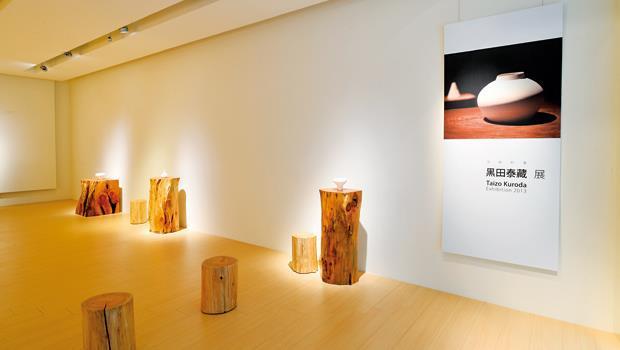 一樓藝廊空間的展示方式,也得到黑田大師本人的確認,連原木展示台的高度,都經過思考。