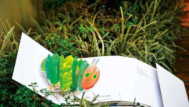 貪吃毛毛蟲吃了一連串的美食,最後鑽進繭裡,羽化成蝶。彈出書面不僅讓人驚喜,吃的食物都是小孩愛的,更能引起共鳴。