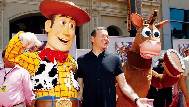 迪士尼現任執行長鮑伯‧ 伊格(中)是近年來讓迪士尼股價大漲的靈魂人物。