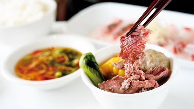 手切溫體牛看來略厚,卻比薄切的冷凍肉甜嫩太多,此為五分熟,三分熟更有彈牙驚喜。