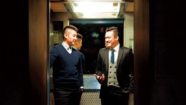 電梯門打開,裡面竟是以脾氣差聞名的大老闆!但是你開會在即,非搭不可,此時該說什麼?