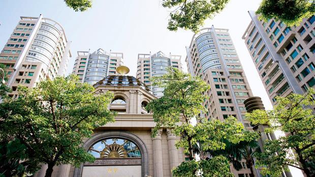 近來雖因帝寶住戶風波不斷,少數人暫時搬遷「避難」,但仍有買主不惜代價擠進,讓帝寶穩坐國內豪宅一哥地位。