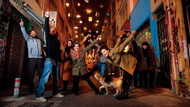 披塔基街,這條曾被毒蟲占據、治安問題嚴重的黑街,因為兩個女孩募集而來的200盞燈逆轉命運,而這一抹光,也點亮希臘一個世代的新希望。