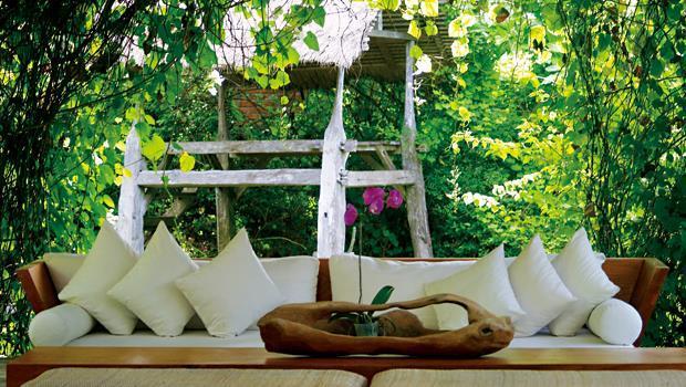 Dea Villas經營者把爪哇貴族的房子和穀倉搬進莊園裡,高達百種植物塑造的峇里島式花園,讓這裡生氣勃勃。