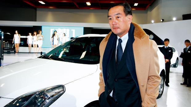 嚴凱泰頂著寒流,親赴2013年底的世貿新車大展現場,替納智捷團隊打氣。