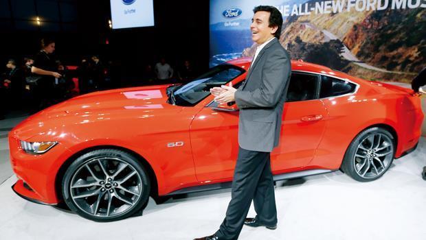 福特營運長菲爾茲站在改款跑車旁,強調感受力是未來設計車款的關鍵。