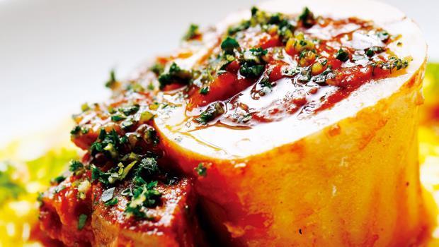 「番紅花燉飯與米蘭式牛膝」色澤金黃誘人,是主廚的自慢之作。