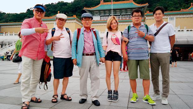 韓國知名製作人羅英石在冰島旅行時,誕生了爺爺旅行團的想法。照片為4位老爺爺、「挑夫」李瑞鎮(右1)與少女時代Sunny(右3)同遊故宮場景。