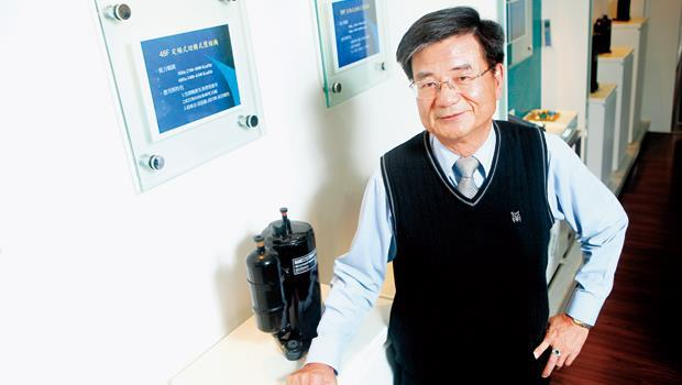 壓縮機高技術門檻,有助瑞智墊高市場進入障礙。圖為董事長劉金錫與自家產品。