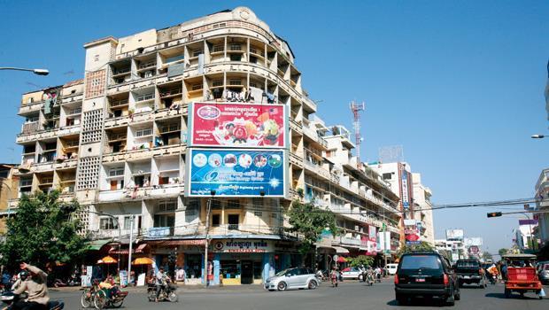 追逐最大投資報酬率,讓房地產投資客海外置產的腳步,逐步往柬埔寨、緬甸等開發中新興國家移動。圖為柬埔寨市區。