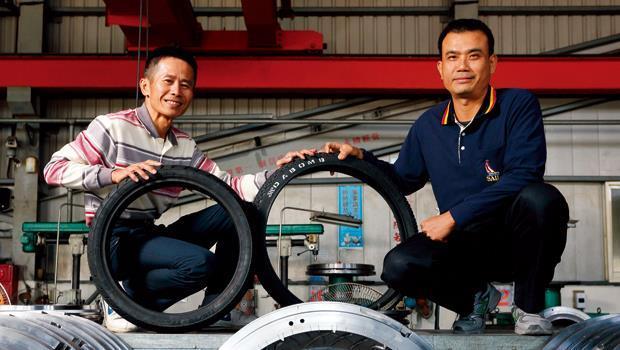 劦佑機械董事長張錫鐘(右)、劦佑機械總經理張國泰(左)