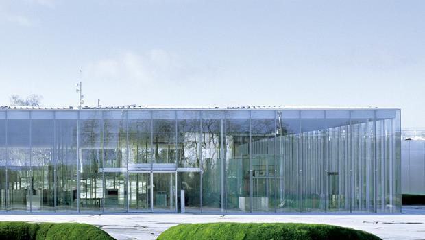 玻璃組成的羅浮宮朗斯分館穿透性高,和周遭環境光影有一日及四季互動。