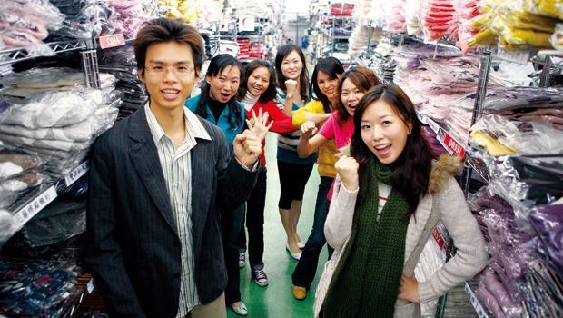 2007年笑著合影的東京著衣創辦人鄭景太(前左)、周品均(前右) ,現在則控訴對方外遇、爆出離婚分產糾紛,讓家務事演變成東京著衣繼續成長的絆腳石。