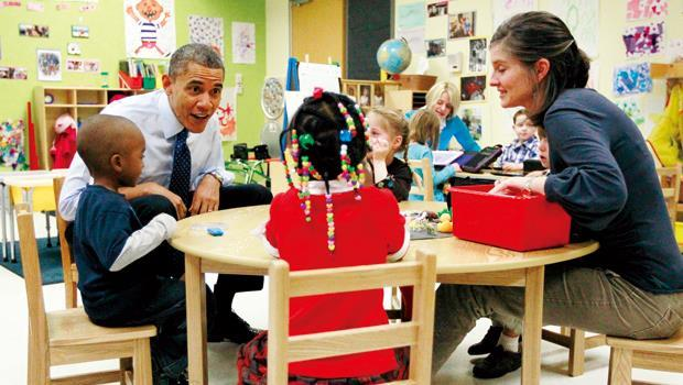 歐巴馬(左2)希望每個4歲小孩能入學免費,卻可能扼殺孩童適性發展的機會。