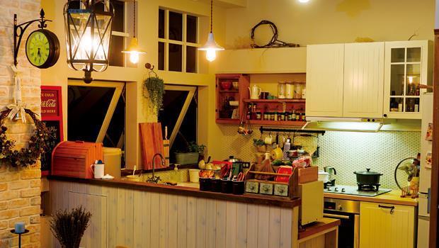 為了不讓空間有壓迫感,Angus和Penny寧願減少廚房上方櫥櫃,只用淺淺的層架,陳列廚房小物,因此也讓光線可能充份延伸。