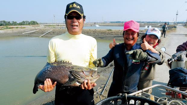 永安石斑魚產銷第8班班長蘇國禎(圖左1)
