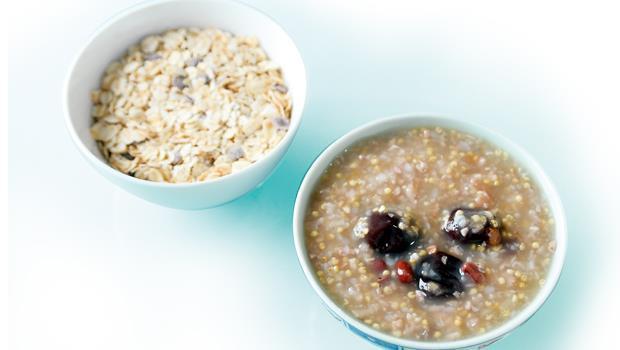 粥的內容要有澱粉類、五穀雜糧及補氣益血藥材,不要調味,吃原味即可,若沒時間煮粥,可以買現成的燕麥片,再以熱水沖泡食用。