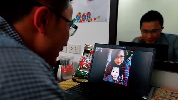 活在螢幕裡的爸爸》女兒才2個月大就離家,這天,陳瑋璿一打開視訊連線,女兒一看到他,就像是看到陌生人一樣,竟然,嚇哭了。