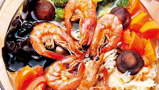 五行湯做法為:將所有食材洗淨,紅蘿蔔去皮切丁,番茄切塊,青花菜切小朵;之後將黑白木耳以水泡開,待水煮滾後, 將食材一一放入。水滾後再放蝦子,蝦子變色即可起鍋。