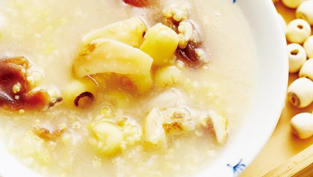 安神粥做法為:小米、百合、蓮子、桂圓加熱水用電鍋一起燉煮--就成了安神粥,還可依照季節和喜好加木耳或綠、紅豆。