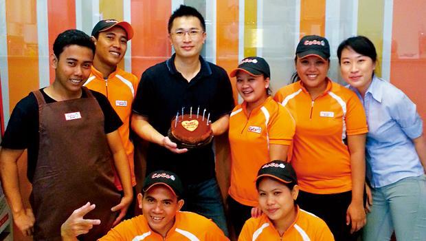 陳瑋璿3年沒在家過年、過生日,生日這天,員工主動買蛋糕給他驚喜,但他說,最思念的還是家人。