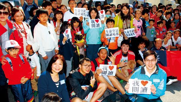 鄭俊德(前排右1)將「閱讀」的觸角延伸實體世界,1月初舉辦小型路跑吸引數百人參加。