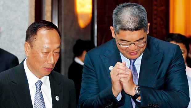 郭台銘(左)在中國市場的兩大挫折:比亞迪官司、富士康員工跳樓,連戰父子都有幫他做政商溝通。2008年連戰女婿家族的元隆電子1.4億元增資案,鴻海也情義相挺全額認購。