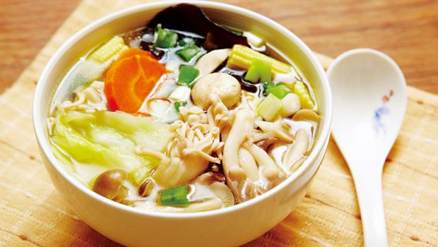 把冰箱裡的黑木耳、香菇、杏鮑菇、高麗菜、紅蘿蔔、玉米筍等加水煮成一鍋,就成了熱量不超過一百卡的消夜菇菇湯。