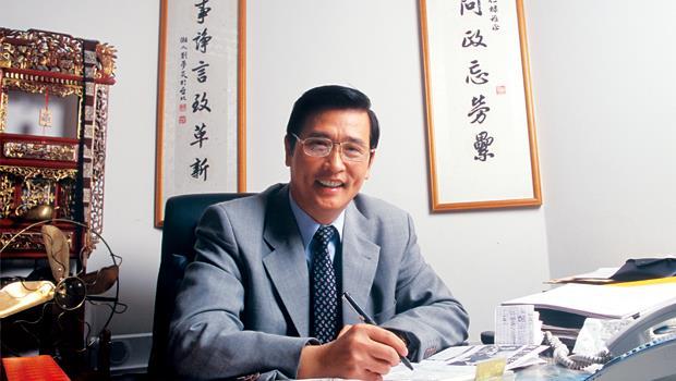 現任資拓宏宇董事長馮定國,曾任立委。