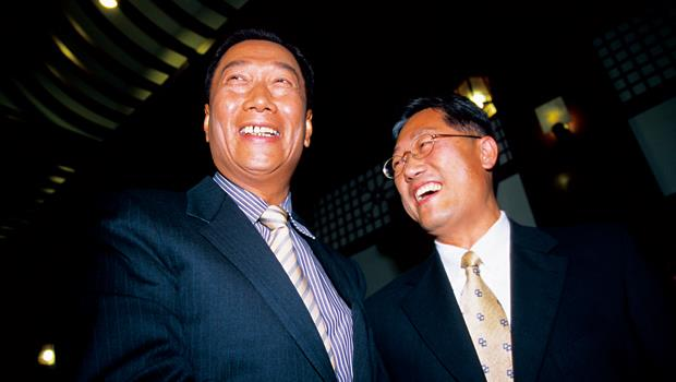 若郭台銘(左)與李焜耀(右)攜手合併,將誕生全球市占率4成的面板廠,這是三星最擔心看到的事情。