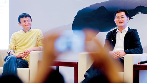 馬雲(左)與馬化騰(右)台上互相恭維,私底下的購併戰打得火爆,雙方都在出招搶當中國網路龍頭。