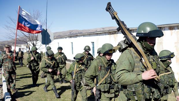 俄羅斯入侵烏克蘭掀開長久宿怨,也投下金融變數。圖為俄羅斯軍隊行經烏克蘭邊境。